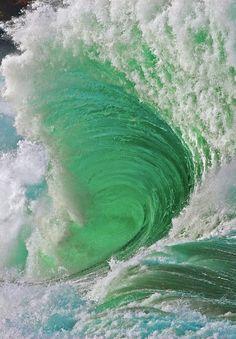 L'océan en furie, par Warren Ishii. #belendroit #bellephoto #vague