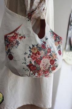 로즈부케 린넨 라운드가방 : 네이버 블로그 Quilted Tote Bags, Cute Tote Bags, Purse Organizer Pattern, Japanese Bag, Purse Organization, Simple Bags, Fabric Bags, Hobo Bag, Fashion Bags