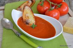 Supă cremă de roșii coapte cu parmezan   Savori Urbane Parmezan, Thai Red Curry, Bacon, Cooking Recipes, Favorite Recipes, Vegetables, Ethnic Recipes, Soups, Slim