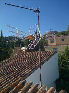 Instalacion de conjunto de antenas, junto a equipo de amplificacion.
