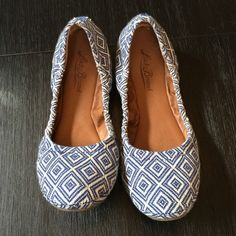 """Lucky Brand Flats These are a pair of gently used Lucky Brand Ballet Flats in EUC. They have a cute fabric navy and cream geometric pattern and a lightly padded sole. I bought them from a fellow posher last year and am only selling because my feet need a little more support. They are super cute with jeans! ⚜please see my """"reasonable offers"""" listing at the top of my page before submitting an offer⚜Thank you Lucky Brand Shoes Flats & Loafers"""