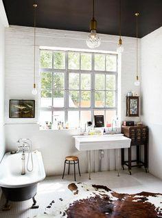 Wand, Decke=toll! Lampen auch. Rest zu viel --- kuhfell teppich badezimmer lampen