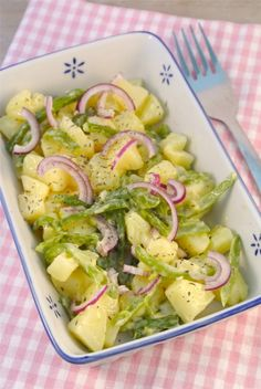 Aardappelsalade met sperziebonen, rode ui en een zelfgemaakte dressing
