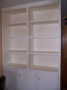 Mueble en hueco de salón. Lacado en blanco roto, con puertas inferiores y baldas regulables en altura. #mueblesamedida #mueblesdemadera #madera #mueblesdesalon