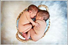Omg freaking adorable twin pic!  www.laurayatesphotography.com