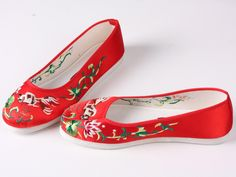Delicate fish embroidered shoes. red Step