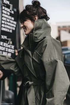 Buďte na podzim cool. V khaki barvě Street Look, Street Chic, Look Fashion, Fashion Outfits, Fashion Design, Fashion Details, Fall Fashion, Fashion Weeks, High Fashion