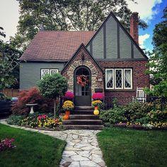Charming cottage. Old Glen Ridge Neighbourhood, St. Catharines, Ontario.