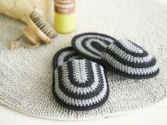 """Virpi Siipola virkkaa rokkareita ja bändilogoja: """"En halua tehdä mitään hyödyllistä""""   Kodin Kuvalehti Crochet Shoes, Crochet Slippers, Crochet Clothes, Knit Crochet, Granny Chic, Main Image, Crochet Home Decor, Crafty Projects, Knitted Blankets"""