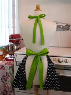 Retro Full Apron Sweetheart Neckline Black and White Polka Dot with Lime Green BELLA I Love Lucy, Tequila Rosa, Crafty Projects, Sewing Projects, Polka Dot Print, Polka Dots, Quilted Curtains, Spa Uniform, Cute Aprons
