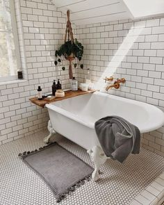 We love this white tile bathroom design, with claw foot roll top bath, perfect inspiration for home decoration! Decoration Inspiration, Bathroom Inspiration, Home Interior, Bathroom Interior, Bathroom Mat, Washroom, Tuscan Bathroom, Concrete Bathroom, Bathroom Goals