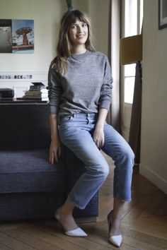 Casual chic look - grey sweater boyfriend jeans and white pumps