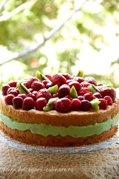 Tort racoros cu cirese si mousse de menta | Dulcegarii culinare Something Sweet, Mousse, Bacon, Cheesecake, Food And Drink, Desserts, Cakes, Pie, Tailgate Desserts