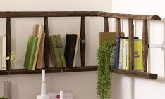 You have an old ladder at hand – Then build the super simple R … – Bookcase and pallet decoration ideas Diy Wand, Pallet Cabinet, Pallet Shelves, Pallet Couch, Pallet Benches, Pallet Tables, Pallet Bar, Outdoor Pallet, Pallet Ideas
