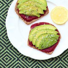 Quién no ama las tostadas con palta?! A veces las cosas más simples de la vida son las mejores!!! Esta vez les agregué un dip de betarraga muy fácil de hacer y por arriba semillas de cáñamo (para sumar proteínas), sal de mar y jugo de limón. El dip de betarraga también se puede usar para untar galletitas, papas... aquí les dejo la receta: http://instagram.com/p/zNB19JFWpi/ #dip #healthy #beetroot #toast #avocado #breakfast #saludable #fit #desayuno