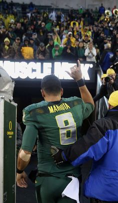 Marcus Mariota gives shaka sign to Autzen fans in Home Finale of 2014 Season: The Mariota Factor | Opinion | The Register-Guard | Eugene, Oregon