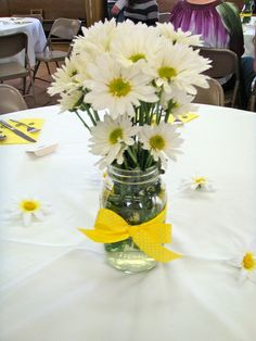 daisy mason jar centerpiece, no burlap, just ribbon, simple and cute.