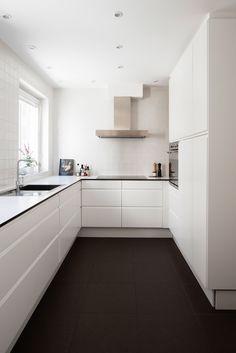 white kitchen//black tiles..