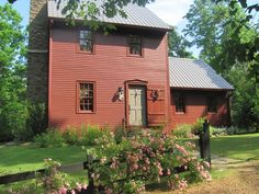 old saltbox houses - Yahoo Image Search Results Red Houses, Saltbox Houses, New England Style, New England Homes, Porches, Primitive Homes, Primitive Decor, Historic Homes, Log Homes