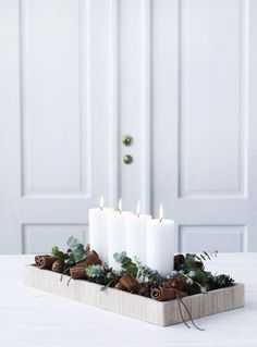 Minimalistyczne stroiki i świeczniki. Zobacz najnowsze świąteczne trendy!