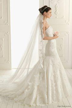Love the long lace veil!