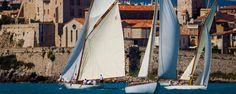 Bei durchweg schönem, sonnigem Wetter mit mäßigen südlichen Winden von 6 bis 10 Knoten kämpfte die historische Flotte in insgesamt vier Wettfahrten um den Sieg. Bei den 18. Les Voiles d'Antibes galt es eine Mischung aus Dreiecks-, Küsten- und Am-Wind-/Vorwind-Kursen von 10 bis 16 Meilen zurückzulegen. Classic Yachts, Antibes, Sailing Ships, Challenges, Boat, Fashion, Triangles, Weather, Nice Asses
