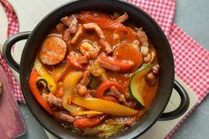 A lecsó megunhatatlan nyári klasszikus. Néhány egyszerű hozzávalóval felturbózva még jobb. Thai Red Curry, Ethnic Recipes, Food, Meals, Yemek, Eten
