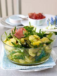 Frischer Kartoffelsalat mit Spargel, Schinken und Walnuss-Dressing.