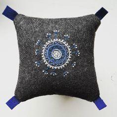 Franska knutar på en mulen måndag... måste komma igång med broderandet igen. Det är ju så kul!! #broderi #embroidery #yllebroderi #hantverk #blå #mandala Wool Embroidery, Embroidery Stitches, Heart Mirror, Textiles, Quilted Pillow, Beautiful Patterns, Pillow Design, Pin Cushions, Scandinavian
