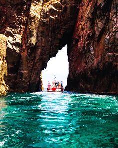 Petit passage dans la montagne qui laisse entrapercevoir une forme de Corse plus que reconnaissable  #corsica #corse #travel #naturephotography #nature #travelling #traveler #picture #colour #sea #summer #boat #boats #montain #travelers #nature_good #amazingpics #amazingdestination