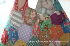퀼트 / 손바느질 / 퀼트가방 / 핸드메이드 ] 알록달록 76조각 가방~~~ : 네이버 블로그 Patches, Quilts, Quilt Sets, Log Cabin Quilts, Quilting, Quilt, Afghans