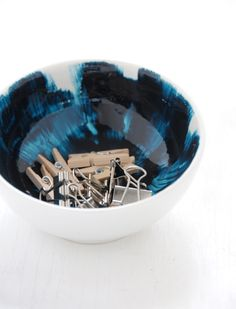 i really like this bowl because of the mix of the colors. i like the dark blue that is almost black that turns into turquoise which fades into white.