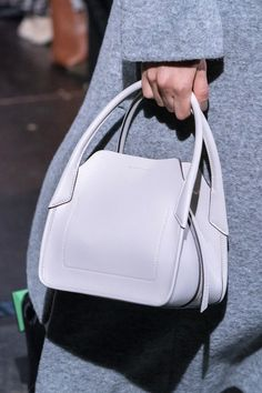 Eudon Choi at London Fashion Week Fall 2019 - Damenhandtaschen Fall Handbags, Cheap Handbags, Fashion Handbags, Tote Handbags, Fashion Bags, Luxury Handbags, Fashion Purses, Unique Handbags, Luxury Bags
