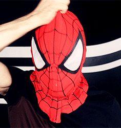 Daniel Radcliffe se fantasia de Homem-Aranha para circular anônimo durante evento >> http://glo.bo/1tTjyUt