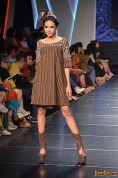 Lurik Indonesia Batik Fashion, Ethnic Fashion, African Fashion, Womens Fashion, Blouse Batik, Batik Dress, Simple Dresses, Cute Dresses, Mode Batik