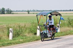Solar bikes are a technological, ecological and human adventure. The Sun Trip uses them as universal passports for an unprecedented road trip. Bullitt Cargo Bike, Electric Cargo Bike, Velo Cargo, Biking With Dog, Bike Panniers, Bike Cover, Art Village, Quad, Bicycle Design