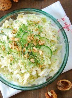 Легкий салат из китайской капусты с огурцом, яблоком и грецкими орехами | FEMIANA