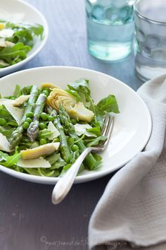 Spring Asparagus, Artichoke and Arugula Salad with Chive Vinaigrette - Add a bevy of green to your meal with this spring salad filled with asparagus, artichokes, peas and arugula. Healthy Salad Recipes, Raw Food Recipes, Dinner Recipes, Cooking Recipes, Savoury Recipes, Salads For Picnics, Summer Salads, Soup And Salad, Pasta Salad