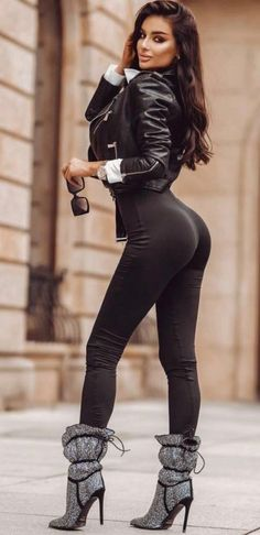 Mode Outfits, Sexy Outfits, Fashion Outfits, Pantalon Vinyl, Mode Des Leggings, Elegantes Outfit, Brunette Beauty, Sexy Hot Girls, Sexy Legs