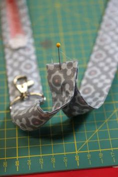 They are super fixed sewn, you can piece them well of different fabrics and as a gift, they are simply excellent. - Fabric Crafts for Diy and Crafts Lanyard Tutorial, Sewing Hacks, Sewing Tutorials, Sewing Projects, Floral Patches, Diy Wallet, Polka Dot Fabric, Diy Keychain, Wallet Pattern