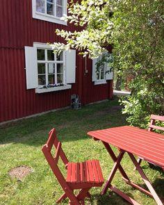 Solsken, doft av hägg och falurött. Kan man ha det mycket bättre på jobbet? #nordanå #lanthandeln #sommarkänsla Cherry Hill, Picnic Table, Sweden, Beautiful Homes, Museum, Cottage, Houses, Instagram Posts, Home Decor