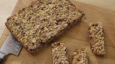 Barres granolas (faire la version ok pour l'école ! Breakfast On The Go, Breakfast Bars, Snack Recipes, Dessert Recipes, Snacks, Cooking Recipes, Quebec, Granola Barre, Lunch To Go