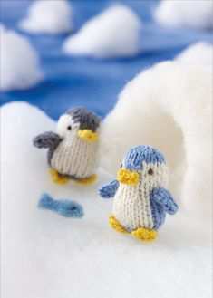 Knit this cute little penguin that would be great to give as a gift and ideal for using up oddments of yarn. The pattern is suitable for knitters of all abilities. Knitting For Kids, Knitting Projects, Baby Knitting, Crochet Projects, Knitting Patterns, Knitting Ideas, Knitted Flower Pattern, Knitted Flowers, Dog Pattern