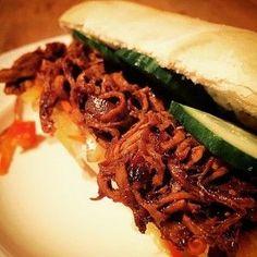 Broodje hete kip met atjar en komkommer; een Surinaams broodje met sappige kip. Lekker als lunch of lichte avondmaaltijd. Om je vingers bij af te likken!