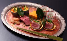 和ごころ泉 ヒトサラSpecial 折り目正しい 京都のトップランナー # 『八寸』(2人前)。ちらし寿司、赤貝のてっぱい、河内鴨のロース煮と菜種のお浸し、亀岡牛のいちぼを使ったローストビーフ、白花豆の蜜煮、卵のカステラまで、見た目も味も楽しめる渾身の美味が並ぶ