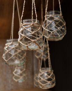 Een jampotje met geknoopt touw wordt waxinelichthouder. Touwtje knopen volgens: http://www.knutselidee.nl/spellen/basket.htm