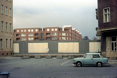 vorne: Ostberlin; hinter der Mauer Westberlin (April 1989) Wolliner Straße, auf der rechten Seite: Kremmener Straße, hinter der Mauer: Bernauer Straße