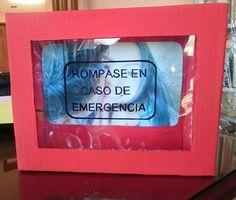 Como regalo de aniversario hice esta caja de emergencia, algo muy fácil y económico. Es básicamente una caja de cartón que encontré en mi casa y armé de acuerdo a la idea, pintada con pintura acrílica roja, una imagen al fondo, y el texto que puse con marcador permanente, solo faltan los dulces y ¡listo!.