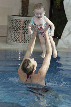 Plus besoin de brassards pour la princesse Gabrielle: l'eau est son royaume. La piscine exotique, proche de l'hôtel Alpina a été privatisée pour l'occasion.