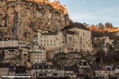 Rocamadour está considerado uno de los pueblos más bonitos de Francia y es además un importante centro de peregrinación.  #francia #viajarfrancia #viaje #viajar #amanecer #lugaresquevisitar #rocamadour #midipyrenees #fotosdeviaje #fotografia Paris Skyline, Travel, Medieval Town, Medieval Castle, Southern France, House Architecture, Dawn, Paths, Viajes